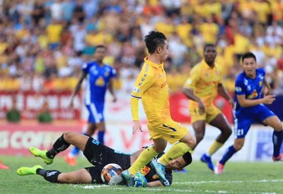 Nam Định tạm thoát khỏi vị trí cuối bảng sau chiến thắng trước Quảng Nam.