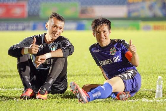 Hai cầu thủ kỳ cựu Tấn Tài và Tấn Trường sẽ hội ngộ ở CLB Hà Nội trong thời gian tới. Ảnh: Quý Trần