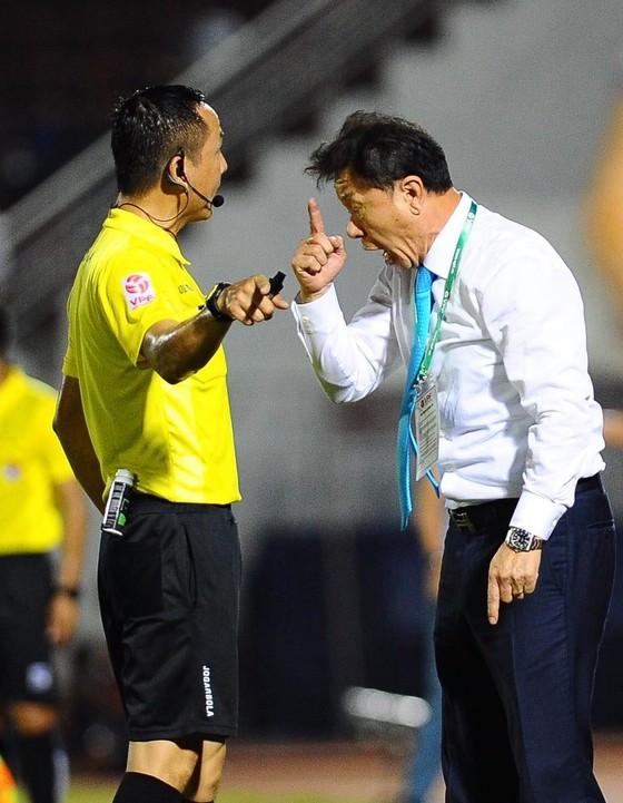 Bỏ qua 3 tình huống phạt 11m cho đội Nam Định, trọng tài Xuân Hùng bị 'treo' 3 trận ảnh 2