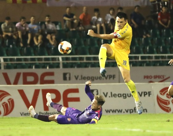 Bỏ qua 3 tình huống phạt 11m cho đội Nam Định, trọng tài Xuân Hùng bị 'treo' 3 trận ảnh 1