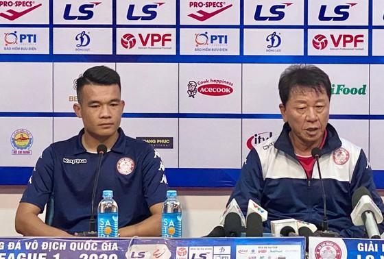 HLV Chung Hae-song cùng Hoàng Thịnh tại buổi họp báo.