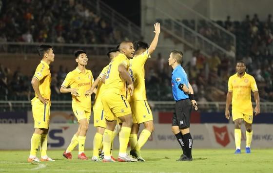 Cầu thủ Nam Định phản ứng trọng tài trong trận gặp CLB Sài Gòn. Ảnh: Nguyễn Hoàng