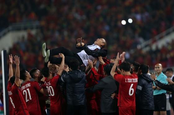 Thầy trò HLV Park Hang-seo trong đêm đăng quang AFF Cup 2018. Ảnh: Đoàn Nhật