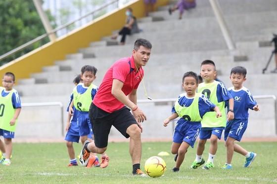 Hai huyền thoại của bóng đá Việt Nam tặng quà cho Vua bóng đá Pele ảnh 1