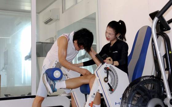 Bác sĩ Choi đang tập cho Trần Thị Duyên. Ảnh: Đoàn Nhật