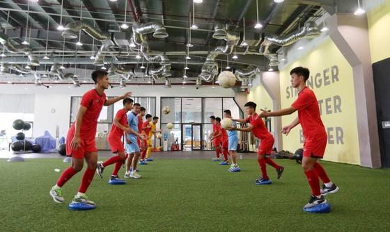 Cả đội tiến hành tập luyện ngay khi vừa đến PVF. Ảnh: MINH HOÀNG