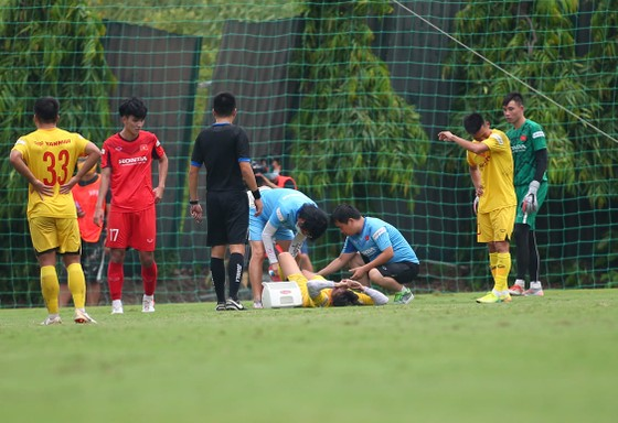 'Gà' bầu Đức chấn thương, bỏ dở trận đấu của đội tuyển U22 Việt Nam ảnh 1