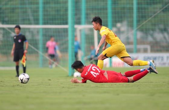 Các cầu thủ thể hiện hết mình ở trận đấu tập nội bộ chiều 24-8. Ảnh: MINH HOÀNG