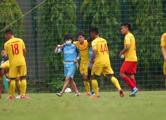 Minh Bình bị chấn thương trong trận đấu tập nội bộ. Ảnh: MINH HOÀNG