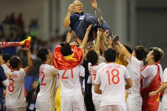 Thầy trò HLV Park Hang-seo sau chiến thắng ở SEA Games 31. Ảnh: DŨNG PHƯƠNG