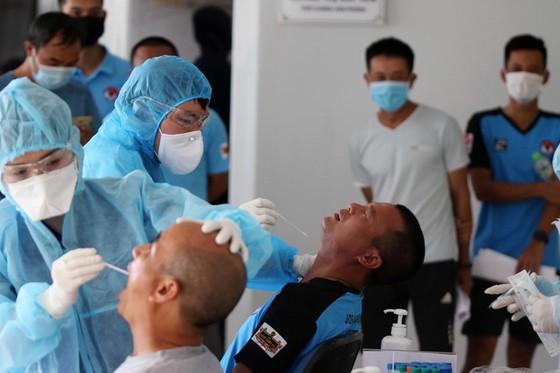 Các trọng tài và giám sát kiểm tra y tế trước đợt tập huấn giữa mùa bóng ảnh 2