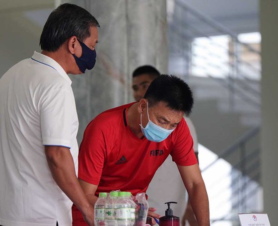 Các trọng tài và giám sát kiểm tra y tế trước đợt tập huấn giữa mùa bóng ảnh 1