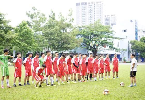 Các đội tập luyện chờ ngày khai mạc giải