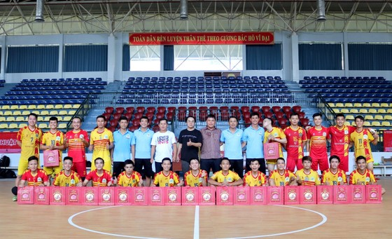 Đại diện nhà tài trợ bất ngờ đem niềm vui đến cho đội Kardiachain Sài Gòn
