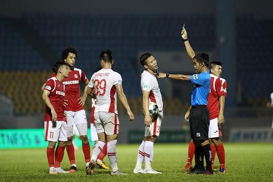 Thắng trận nhưng Vietetl bị 2 thẻ đỏ (2 vàng) của Khắc Ngọc và Văn Hào. Ảnh: MINH HOÀNG