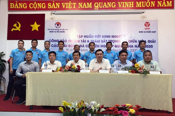 Phó chủ tịch VFF Cao Văn Chóng đến dự và phát biểu tại buổi khai mạc
