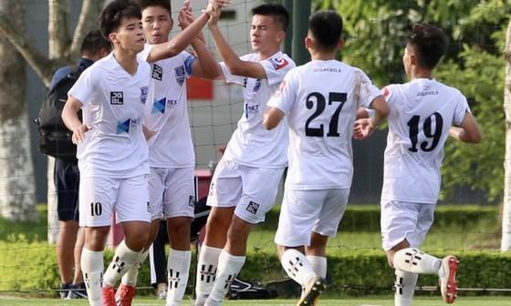 Niềm vui của các cầu thủ học viện Nutifood sau trận thắng thứ 2 liên tiếp