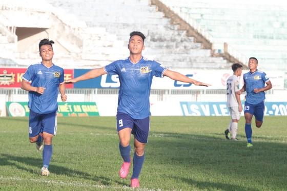 Trần Thành ghi cả 2 bàn trong chiến thắng 2-1 của Huế trên sân Long Xuyên. Ảnh: Hữu Thành