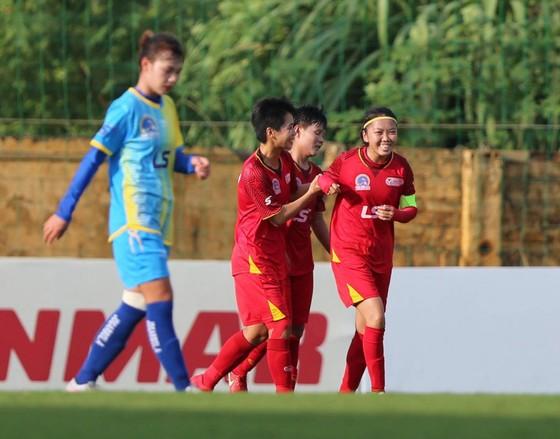 Huỳnh Như toả sáng với 3 bàn thắng