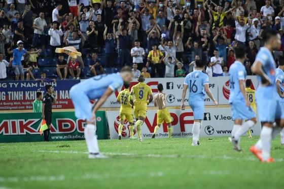 Nam Định tạo khoảng cách 4 điểm với đội cuối bảng Quảng Nam sau chiến thắng trước Đà Nẵng. Ảnh: MINH HOÀNG