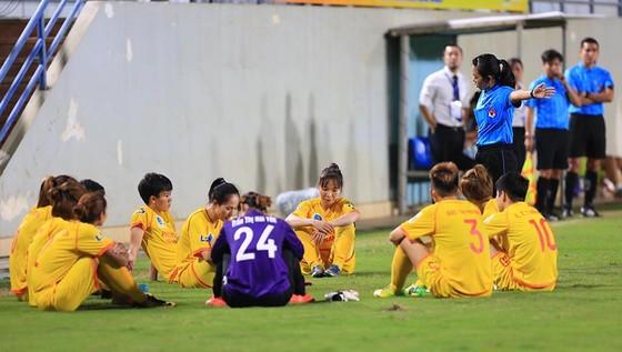 Trọng tài đến đề nghị cầu thủ Hà Nam vào thi đấu tiếp. Ảnh: MINH HOÀNG