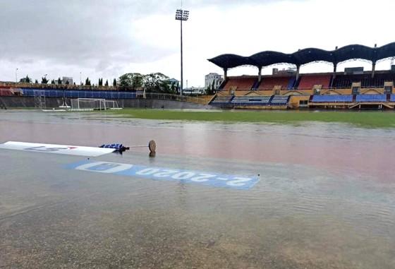 Sân Tự Do ngập nước đến trưa ngày 9-10. Ảnh: Quang Sang