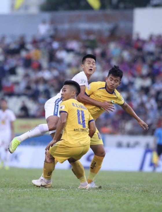 Tuấn Tài lập cú đúp, Quảng Nam thua đậm trước SLNA ảnh 1