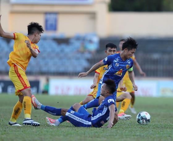 Thanh Trung và các đồng đội đã thắng Thanh Hóa 2-1 ở giai đoạn 1