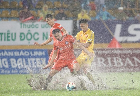 """Dù thua Nam Định trong trận """"thủy chiến"""", Đà Nẵng cũng kịp sớm giành vé trụ hạng. Ảnh: MINH HOÀNG"""