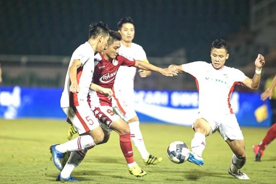Pha bóng dẫn đến chấn thương của Lâm Ti Phông. Ảnh: HCMCFC
