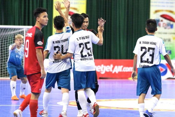 Niềm vui của các cầu thủ Vietfootball sau chiến thắng đầu tiên