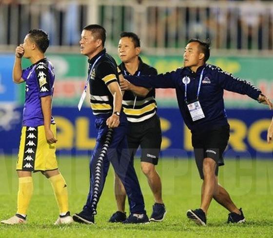Thay trọng tài trận Than Quảng Ninh - Hà Nội vào giờ chót ảnh 1