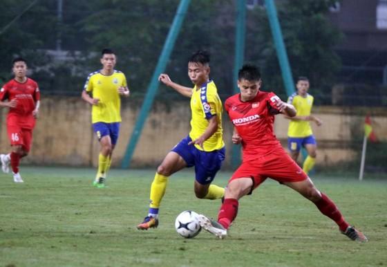 U22 Việt Nam trong trận gặp Nam Định vào chiều 15-11