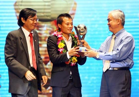 Thành Lương nhận Quả bóng vàng thứ 2 trong sự nghiệp từ ông Lê Hùng Dũng. Ảnh: HOÀNG HÙNG