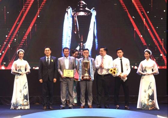 Các tài năng bóng đá Việt rực sáng trong đêm V-League Awards ảnh 1