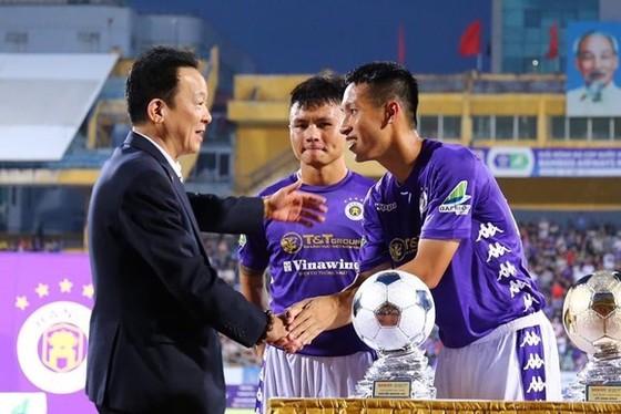 Bầu Hiển chào mừng các cầu thủ Hà Nội FC đoạt danh hiệu cao tại cuộc bầu chọn Quả bóng vàng Việt Nam 2019