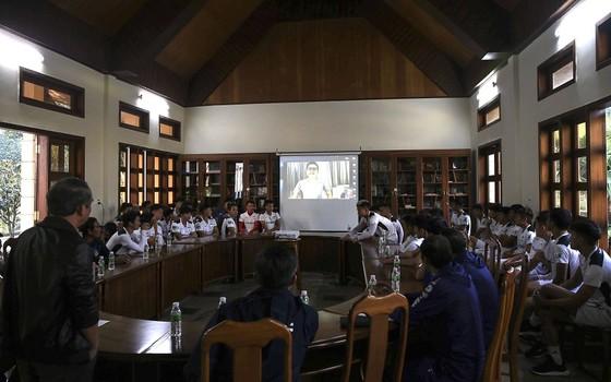 HLV Kiatisak 'họp online' trong ngày HA.GL hội quân  ảnh 1