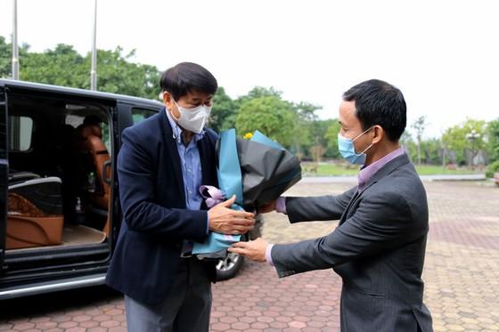 Phó TTK VFF Nguyễn Minh Châu đón ông Kim Hyun Tae tại trụ sở VFF