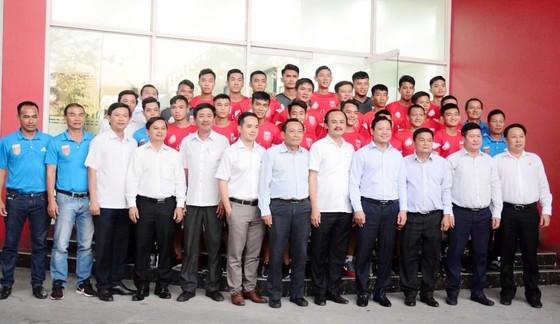 Tập thể đội Long An chụp ảnh lưu niệm với các lãnh đạo UBND Tỉnh, Sở VHTT, Nhà tài trợ. Ảnh: Anh Tuấn