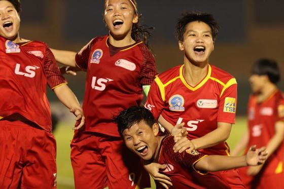 Huỳnh Như, Hoài Lương, Bích Thùy vui mừng sau trận đấu. Ảnh: DŨNG PHƯƠNG
