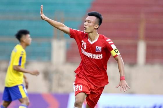 Niềm vui của Xuân Quyết sau bàn thắng thứ 2 cho Nam Định