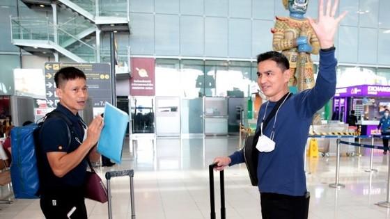 Kiatisal và trợ lý Thiabthong tại sân bay Bangkok