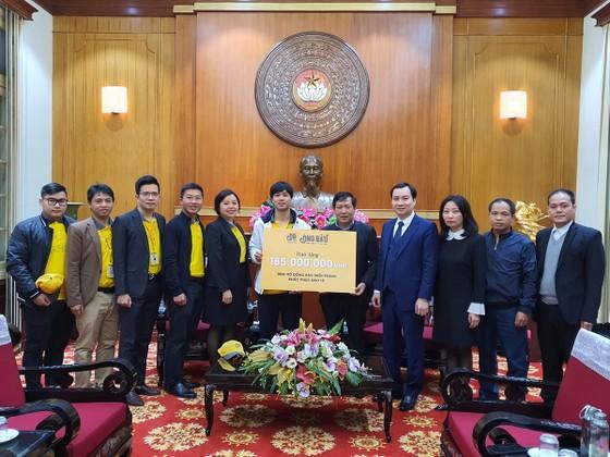 Công Phượng cùng đại diện cà phê Ông Bầu, VFF tại trụ sở Ủy ban Trung ương Mặt trận Tổ quốc Việt Nam