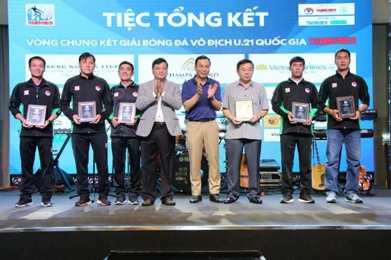 Phó chủ tịch VFF Trần Quốc Tuấn và trưởng BTC VCK U21 quốc gia 2020 Nguyễn Công Khế trao quà lưu niệm cho ông Nguyễn Văn Mùi và các trọng tài