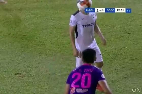 """Hồng Duy """"lãnh"""" trọn quả bóng từ cú ném biên của cầu thủ Sài Gòn FC"""