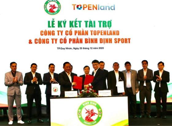 CLB Bình Định nhận được tiền tài trợ 300 tỷ đồng cho 3 mùa từ Topeland và Hưng Land. Ảnh: DŨNG PHƯƠNG