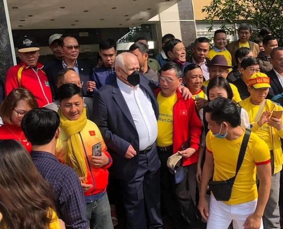 Người hâm mộ CLB Thanh Hóa đón ông Petrovic tại khách sạn sau khi hoàn tất 14 ngày được cách ly y tế