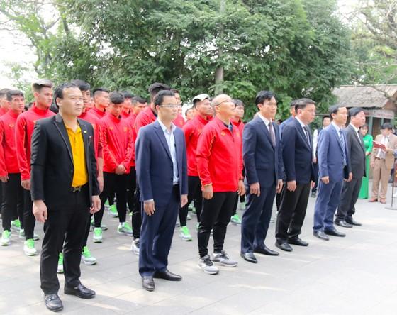Lãnh đạo VFF cùng tập thể BHL, cầu thủ ĐTQG và U22 Việt Nam tại khu di tích Quốc gia Đền Hùng