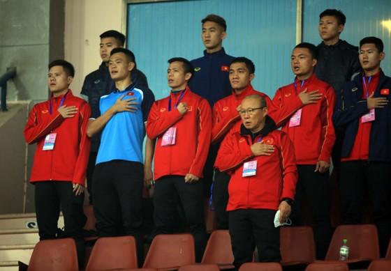 Ông Park trên khán đàii sân Việt Trì tối 27-12. Ảnh: Minh Hoàng