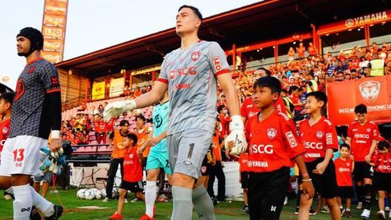 Văn Lâm cùng các đồng đội ở Muangthong sẽ nghỉ thi đấu 1 tháng